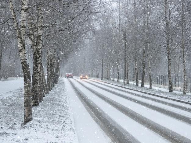 Carros de tráfego de inverno. estrada rural de inverno na neve