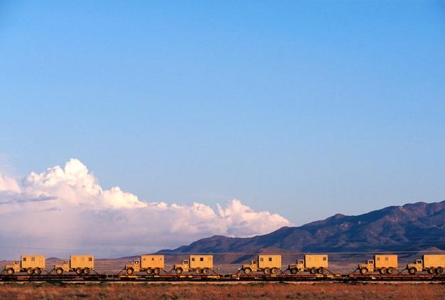 Carros de trem de mesa transportando caminhões, arizona