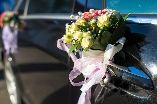 Carros decorados com flores nas portas do casamento
