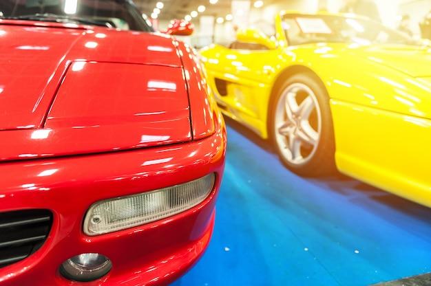 Carros desportivos genéricos vermelhos e amarelos