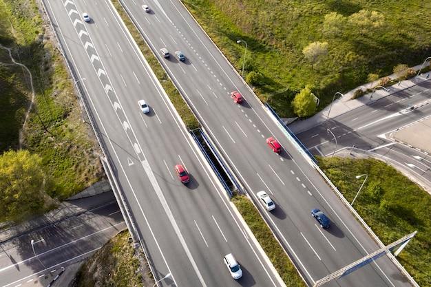Carros dirigindo em vista aérea da rua