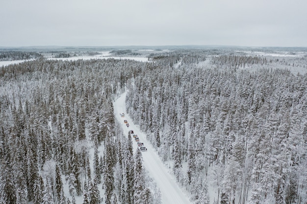 Carros dirigindo por um cenário nevado hipnotizante na finlândia