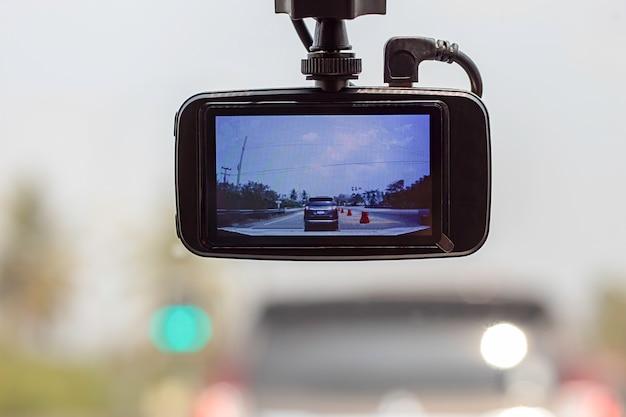 Carros e céu da imagem na câmera no carro.