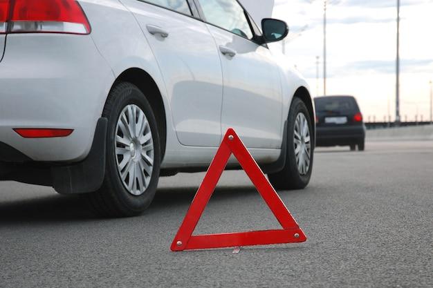 Carros em acidente menor, triângulo de emergência na estrada