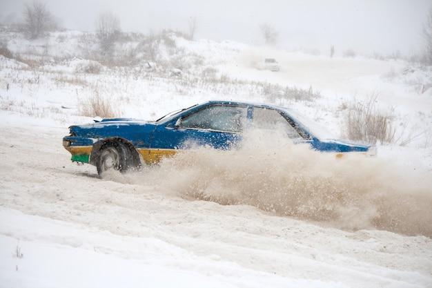Carros em uma corrida de inverno