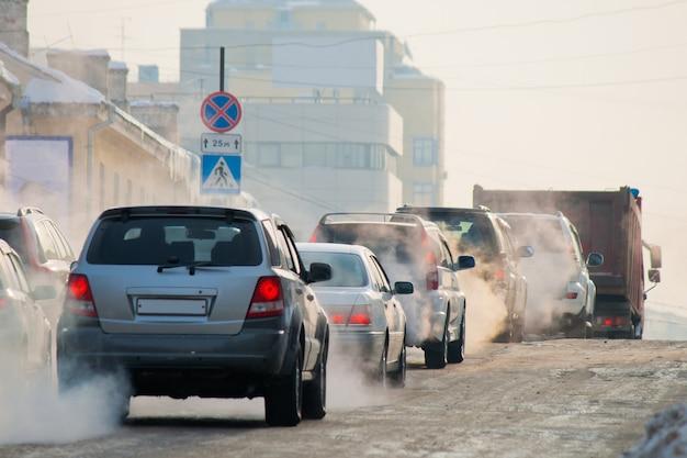 Carros em uma estrada de inverno em uma cidade de gelo