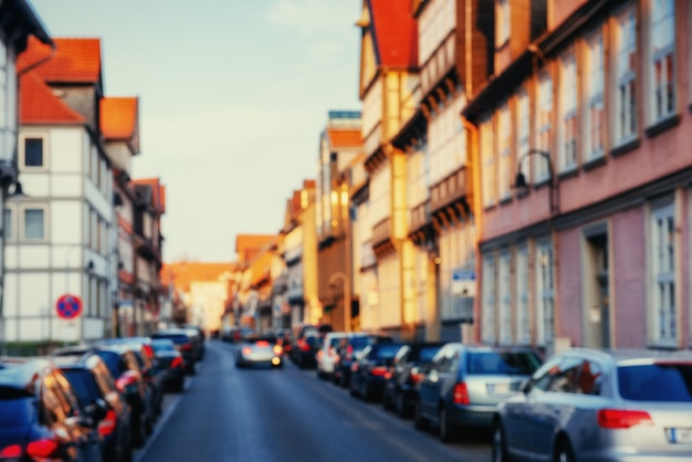 Carros estacionados ao longo do caminho de paralelepípedos.