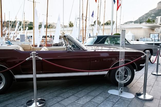Carros estacionados clássicos em mônaco