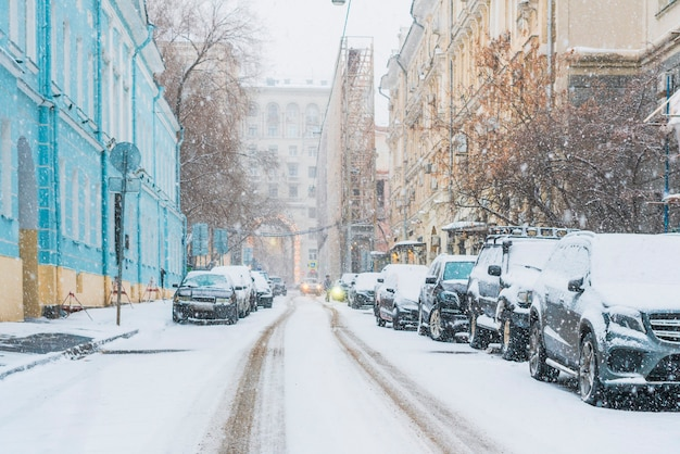 Carros estacionados cobertos de neve na paisagem urbana do bairro da cidade f