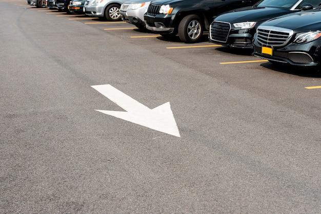 Carros estacionados e sinalização de rua
