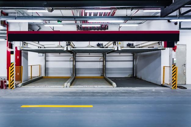 Carros estacionados em garagem.