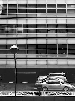 Carros estacionados em um estacionamento