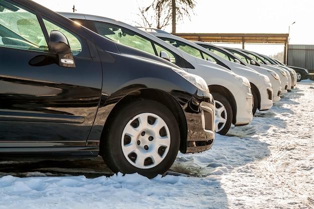 Carros estacionados em um lote. linha de carros novos no estacionamento do concessionário automóvel. carros para venda tema do mercado.