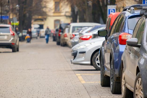 Carros estacionados em uma linha em uma rua da cidade.