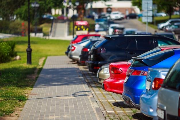 Carros estacionados na cidade