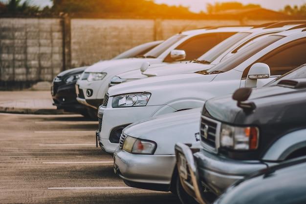 Carros estacionados na estrada
