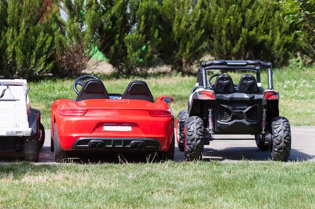 Carros estacionados para crianças em um parque da cidade