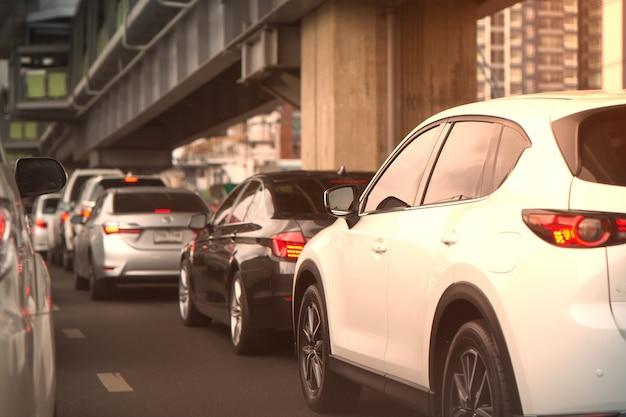 Carros jam na rua ou estrada com viaduto borrão