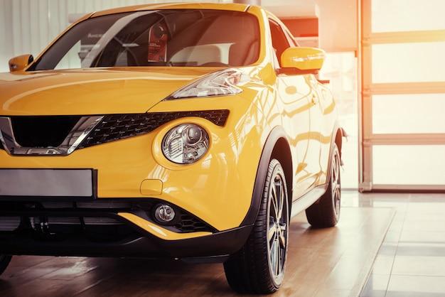 Carros modelo modernos no showroom