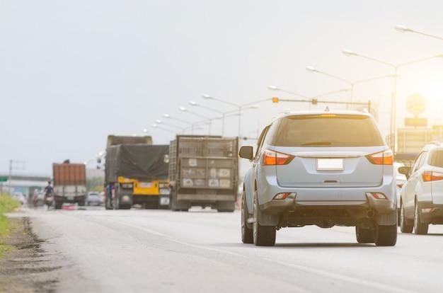Carros na estrada em alta velocidade Foto Premium