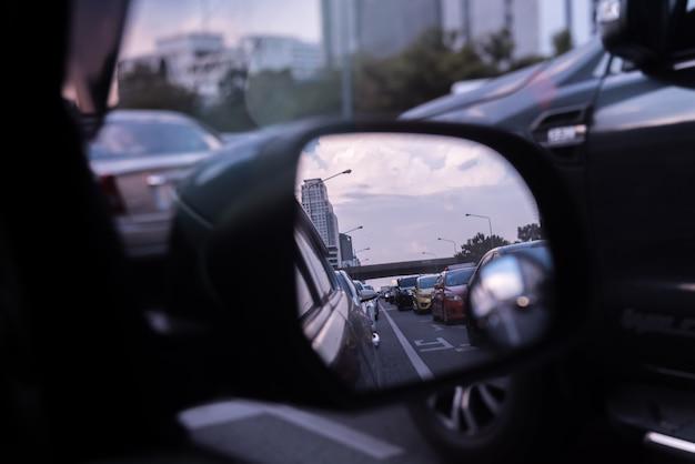 Carros na estrada movimentada na cidade com engarrafamento