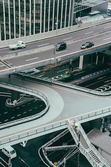 Carros na estrada na cidade durante um dia chuvoso