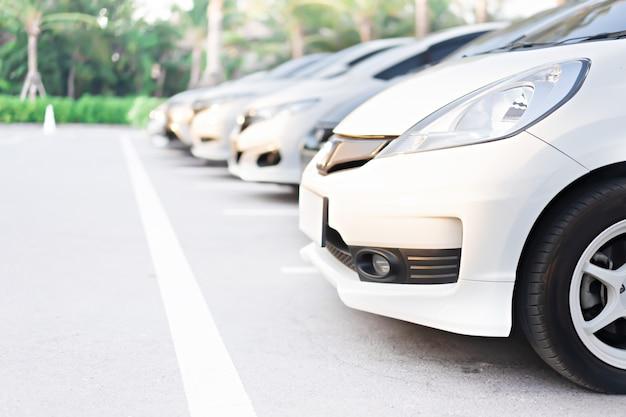 Carros no estacionamento no parque público