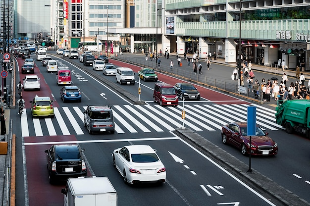 Carros no trânsito da cidade durante o dia