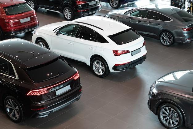 Carros novos na concessionária de veículos de luxo, vista de cima