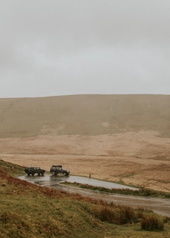 Carros passando pela trilha fora de estrada