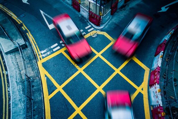 Carros que conduzem por amarelo sem área de estacionamento