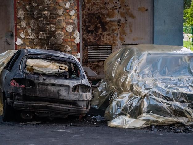 Carros queimados na rua