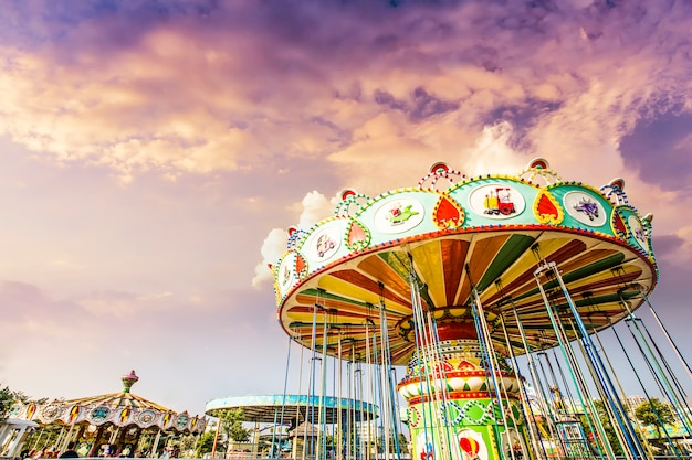 Carrossel. cavalos em um carnival merry go round.