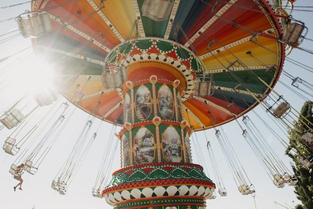 Carrossel com correntes em um parque de diversões em um dia ensolarado de verão