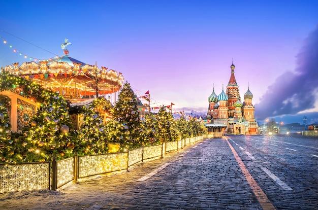 Carrossel de ano novo na praça vermelha e na catedral de são basílio em uma manhã rosa de inverno