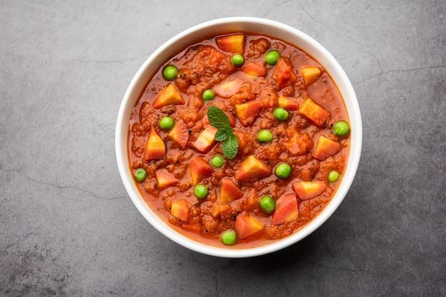 Carrot curry ou garar gravy sabzi feito com purê de tomate e especiarias, servido em uma tigela