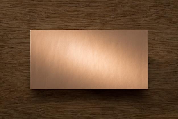 Carta acima da mesa de carvalho em um feixe de luz quente
