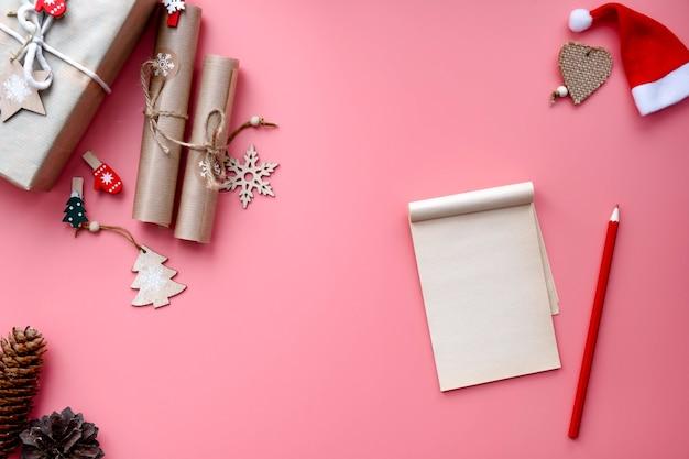 Carta ao papai noel, lista de desejos de natal em fundo rosa claro, entre a decoração do feriado. resumindo e planejando, lista de tarefas