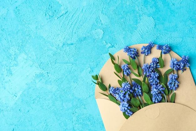 Carta com jacintos frescos na mesa azul