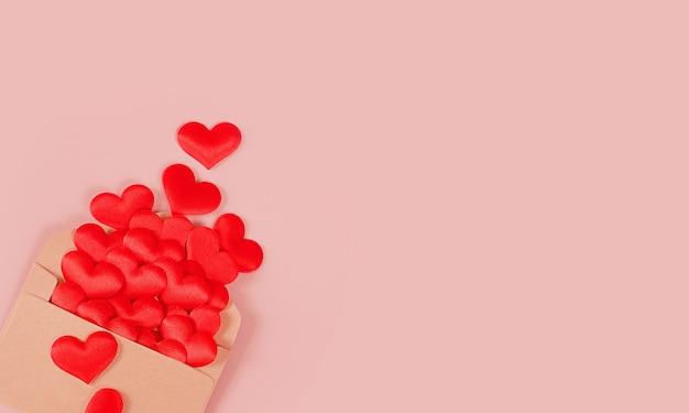Carta de amor de dia dos namorados. envelope vermelho em branco e corações.