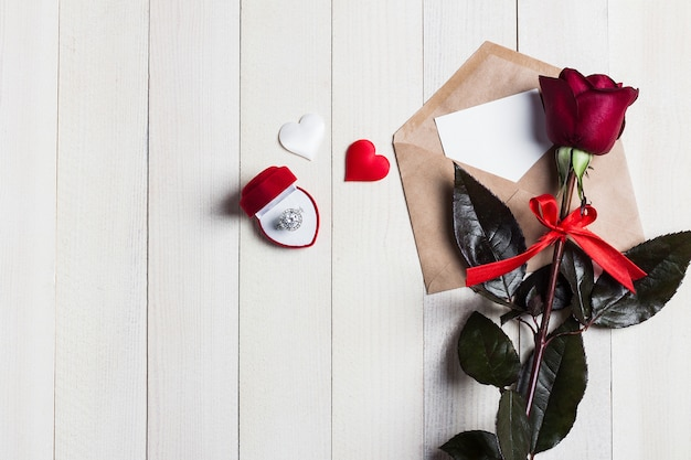 Carta de amor de envelope de dia dos namorados com anel de noivado de cartão em caixa