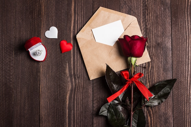 Carta de amor de envelope de dia dos namorados com anel de noivado de cartão