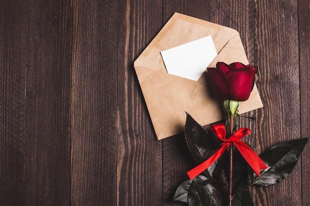 Carta de amor de envelope de dia dos namorados com cartão rosa de dia das mães