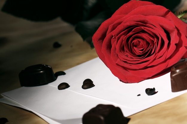 Carta de amor e rosa vermelha