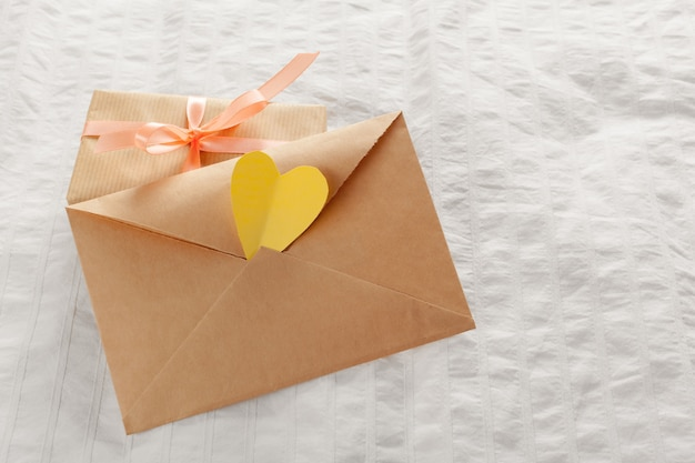 Carta de amor, envelope e caixa de presente