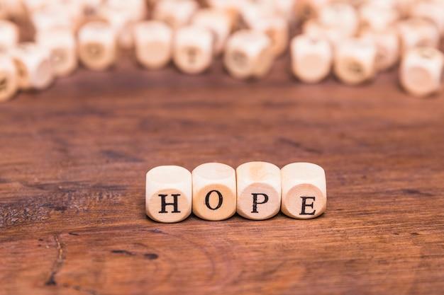 Carta de esperança, disposta com cubos de madeira