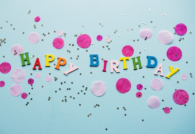 Carta de feliz aniversário na superfície macia azul