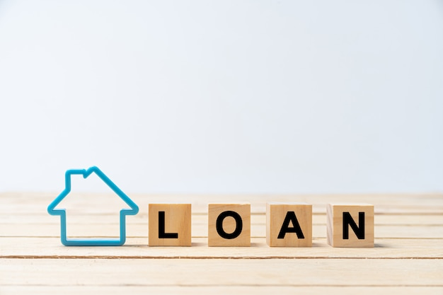 Carta de madeira de empréstimo com modelo de casa azul no branco