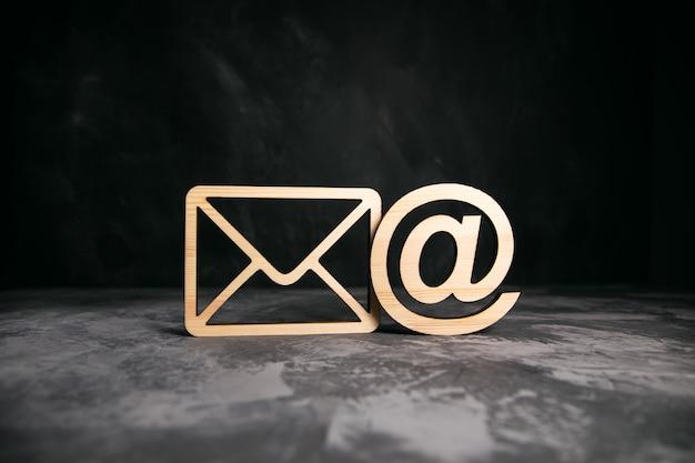 Carta de madeira e placa do correio na mesa