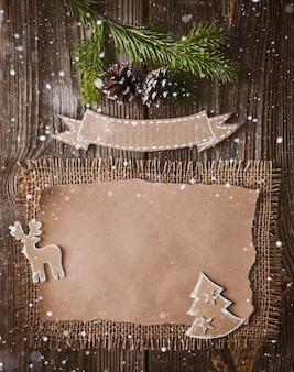 Carta de natal, lista, parabéns, sobre um fundo de madeira. espaço livre, maquete ano novo.